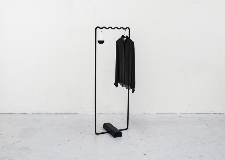 Wave-shaped clothes rails keep items evenly spaced