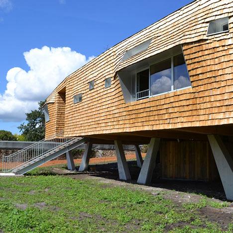 School building clad in chestnut tiles by Dauphins
