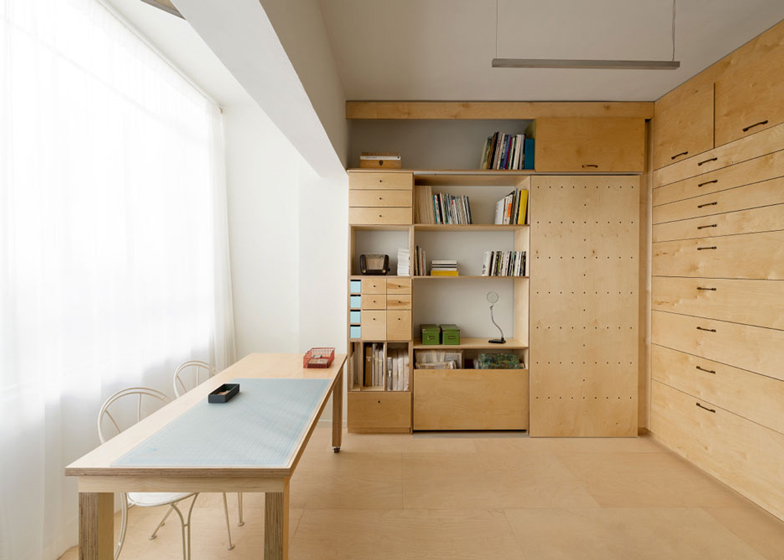 Space-saving modular studio for an artist by Raanan Stern