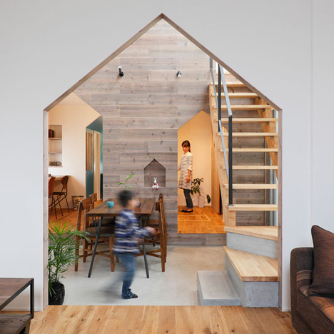 House-shaped doorways puncture<br /> Hazukashi House by Alts Design Office