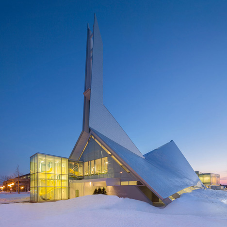 Quebec church transformed into a library by Dan Hanganu and Côté Leahy Cardas