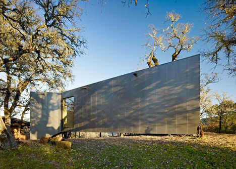 Moose Road house by Mork-Ulnes Architects frames the Californian landscape