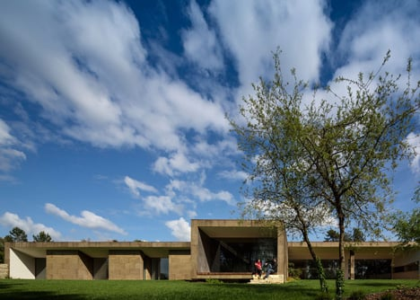 The Hill Cork House by Contaminar Arquitectos
