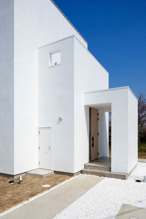 Three white walls front Ripple house by Kichi Architectural Design