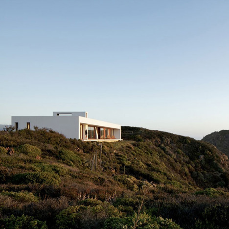 Tunquen House by L2C sits high above the Chilean coastline