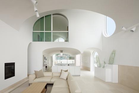 Johnston Marklee's Vault House frames beach views through multiple arches