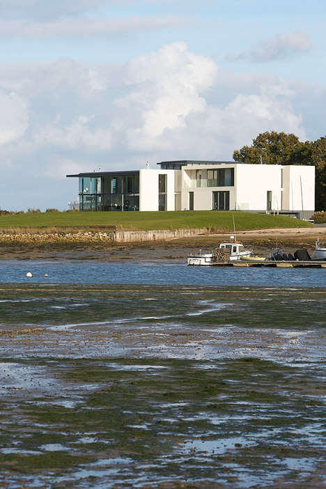 House-for-a-Yachtsman-by-the-Manser-Practice_dezeen_468_11