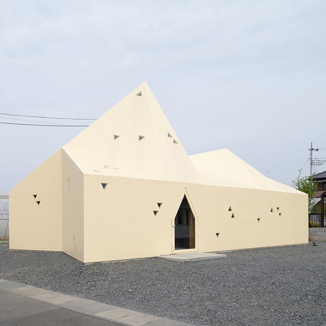 Geneto adds pointed roofline to Italian restaurant in Japan