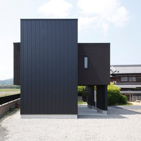 Projecting terrace intersects Minakuchi House by Alts Design Office
