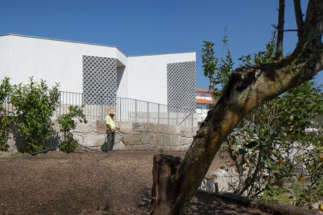 Mortuary-House-in-Vila-Caiz-by-Raul-Sousa-Cardodo-and-Graca-Vaz_dezeen_468_11