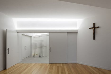 Mortuary-House-in-Vila-Caiz-by-Raul-Sousa-Cardodo-and-Graca-Vaz_dezeen_468_22