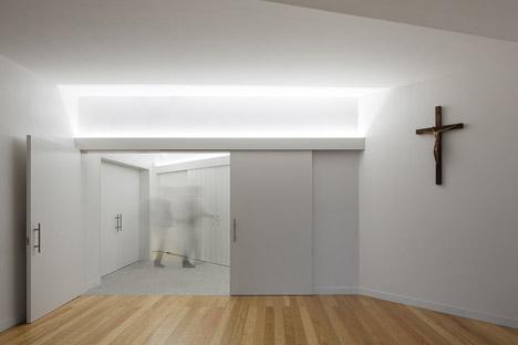 Mortuary-House-in-Vila-Caiz-by-Raul-Sousa-Cardodo-and-Graca-Vaz_dezeen_468_22