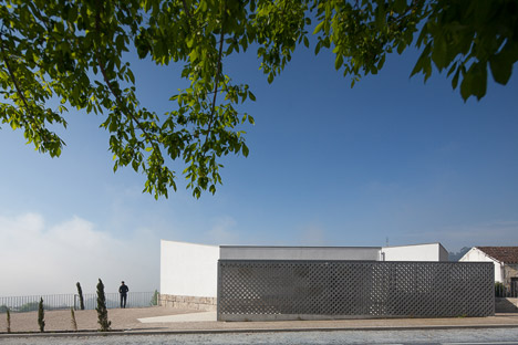 Mortuary-House-in-Vila-Caiz-by-Raul-Sousa-Cardodo-and-Graca-Vaz_dezeen_468_5