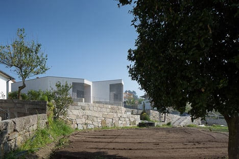 Mortuary-House-in-Vila-Caiz-by-Raul-Sousa-Cardodo-and-Graca-Vaz_dezeen_468_6