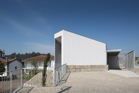 Mortuary-House-in-Vila-Caiz-by-Raul-Sousa-Cardodo-and-Graca-Vaz_dezeen_468_7