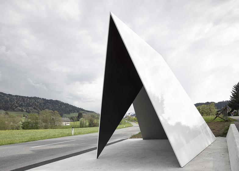 Trạm xe buýt độc đáo được thiết kế theo phong cách vô cùng ấn tượng của kiến trúc sưDe Vylder Vinck Taillieu,được mô phỏng theo cấu trúc của những ngọn núi gấp khúc trùng điệp xung quanh ngôi làng.