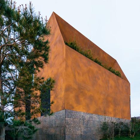 Varatojo House in Portugal by Atelier DATA