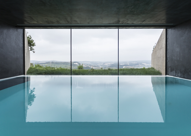 Varatojo House in Portugal by Atelier DATA