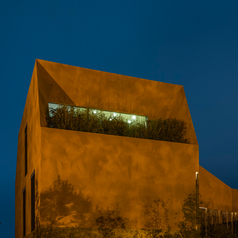Varatojo-House-in-Portugal-by-Atelier-DATA_dezeen_ss_23