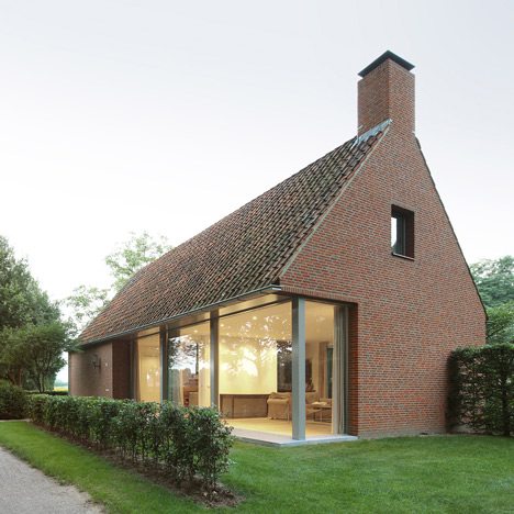 Bedaux de Brouwer Architecten uses red brick<br /> for Dutch countryside house