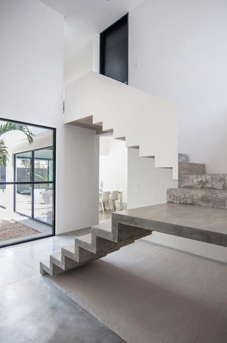 Warm architects completes house with a cast concrete staircase - Escaleras de cemento para interiores ...