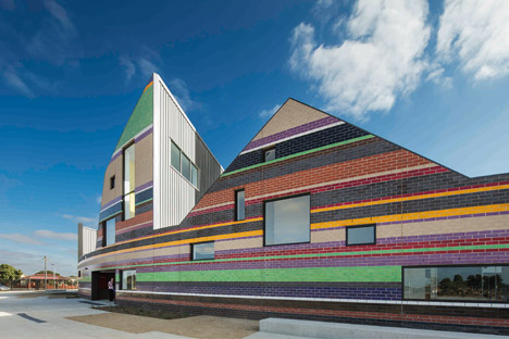 Dallas Brooks Community Primary School by McBride Charles Ryan mirrors the local skyline