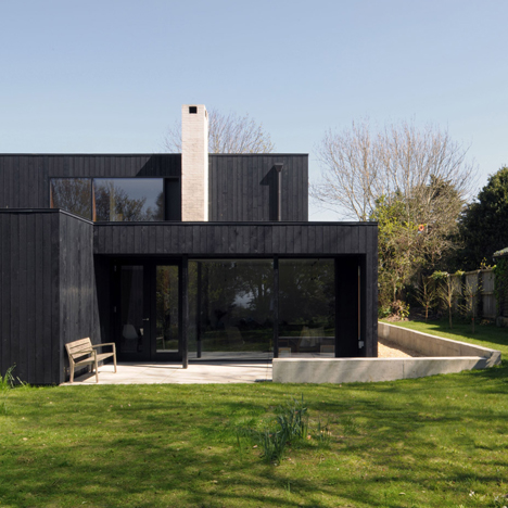 Black-painted seaside house by Dow Jones mimics local fishermen's sheds