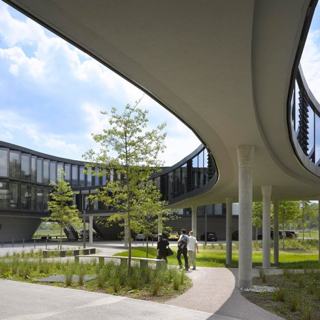 Sinuous ESO headquarters by Auer Weber curves around courtyards and over gardens