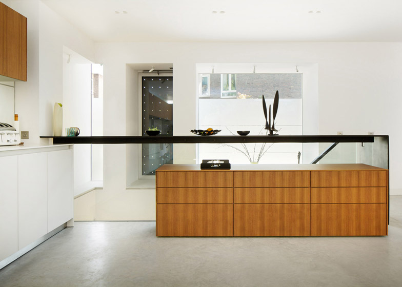 Robert_Dye_extend_London_mews_house_dezeen_784_5.jpg