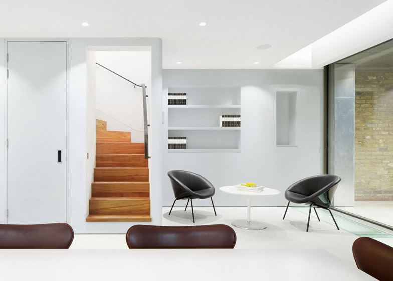 Robert_Dye_extend_London_mews_house_dezeen_784_6.jpg