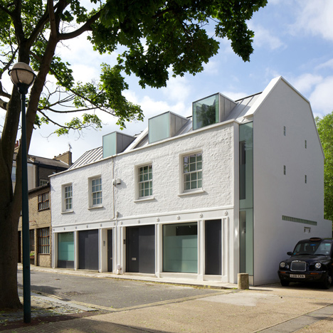 Robert_Dye_extend_London_mews_house_dezeen_sq_1