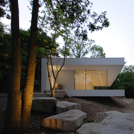 Elongated gallery and house by Shinichi Ogawa creates a forest home for a florist