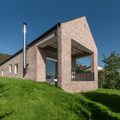 Long Brick House by Foldes Architects accommodates a 17-metre-long bookshelf