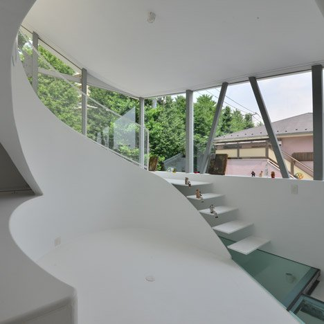 Atelier Norisada Maeda's Orange house features a curvy interior and a glass floor
