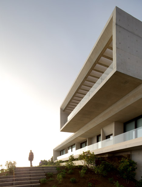 Casa MO by Gonzalo Mardones Viviani nestles against the coastline in Chile