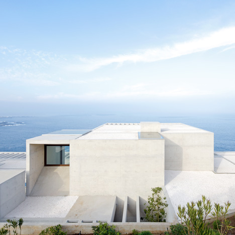 Casa MO by Gonzalo Mardones Viviani nestles against the coastline in Chile