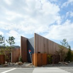 Walls run diagonally across the site of Suppose Design Office's House in Onomichi