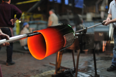 Mouth-blown glass cylinder in production