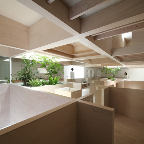 Katsutoshi Sasaki's House in Hanekita contains a grid of half-height walls