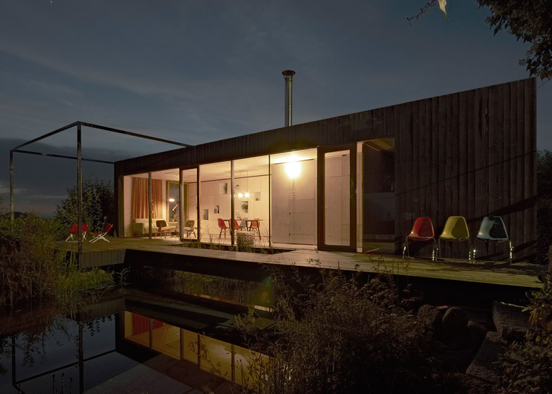 House at the pond by Hammerschmid Pachl Seebacher Architekten