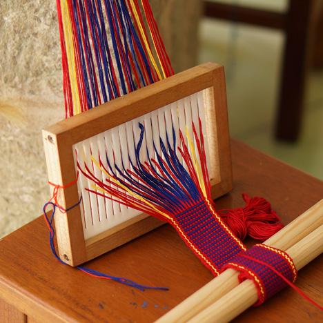 Manual belt-making loom