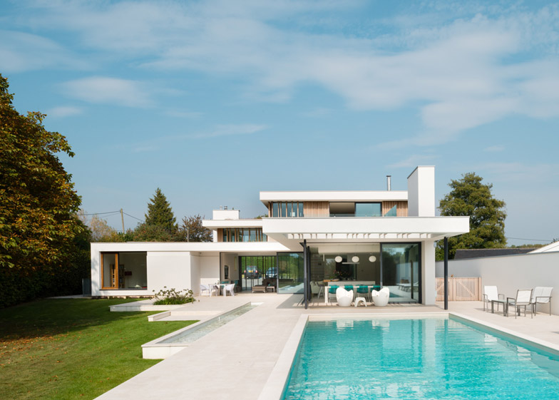 Selencky Parsons designs glass and white concrete house in Oxfordshire