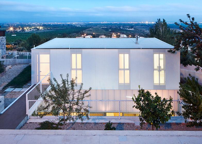 Seasonless House by Casos de Casas