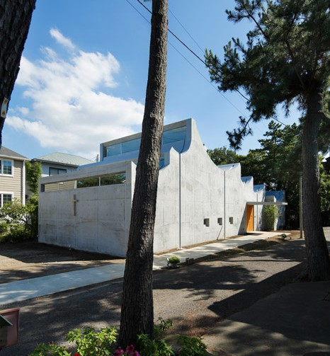 Six inverted arches outline the roof of Shonan Christ Church by Takeshi Hosaka