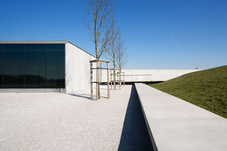 Tyne-Cote-Cemetry-entrance-pavillion-by-Govaert-and-Vanhoutte-architectuurburo_dezeen_468_13