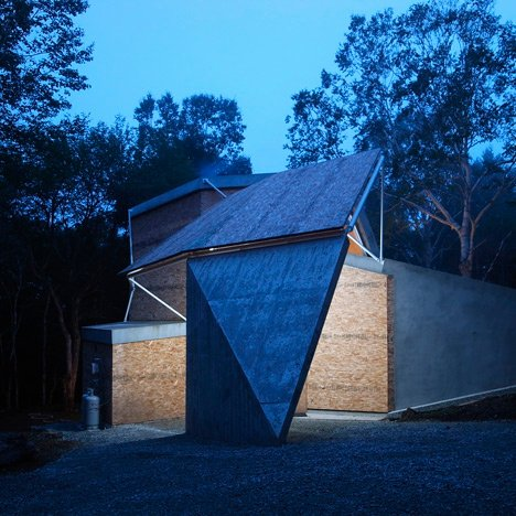 House by Double Negatives Architecture adapted to suit a difficult woodland site