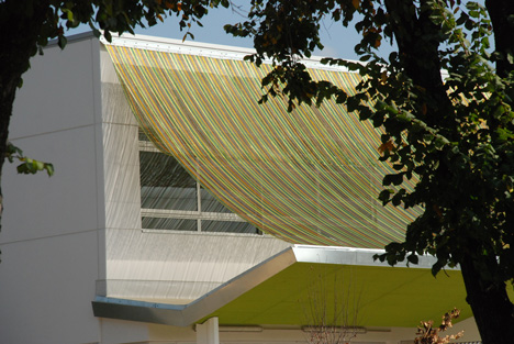 KriskaDECOR canopy over the Can Manent school facade by F&F Arquitecture