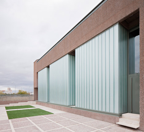 Slabs of corduroy textured concrete encase home in spain - Muka arquitectura ...