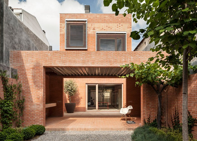http://static.dezeen.com/uploads/2015/01/House-1014-in-Barcelona-by-HARQUITECTES_dezeen_784_5.jpg