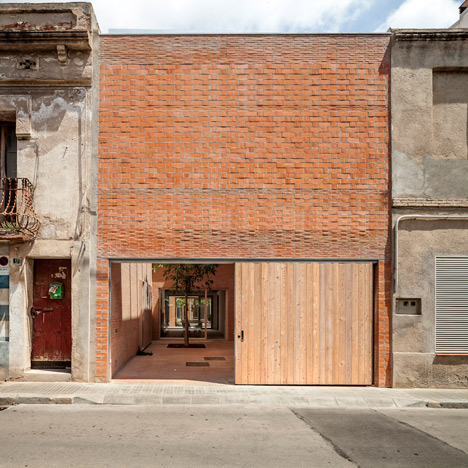 H Arquitectes inserts courtyard home<br /> between two existing Spanish houses